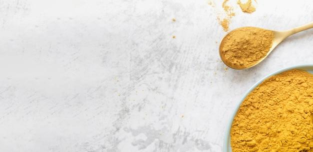 Espace de copie de poudre de nourriture jaune organique