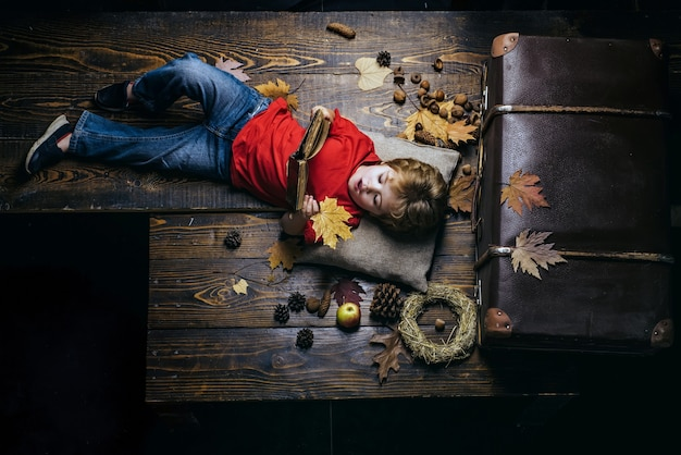 Espace de copie pour la publicité concept de mode de vie de l'enfance en famille arbre d'automne et forêt d'automne vente d'automne ou vendredi noir heureux garçon intelligent mignon vendredi noir shopping
