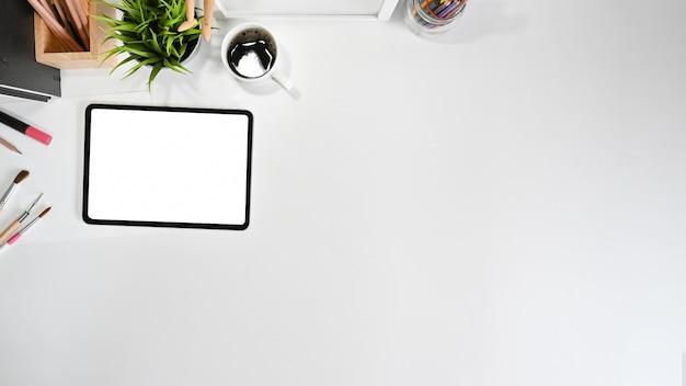 Espace copie et tablette à écran blanc, bureau avec vue de dessus.