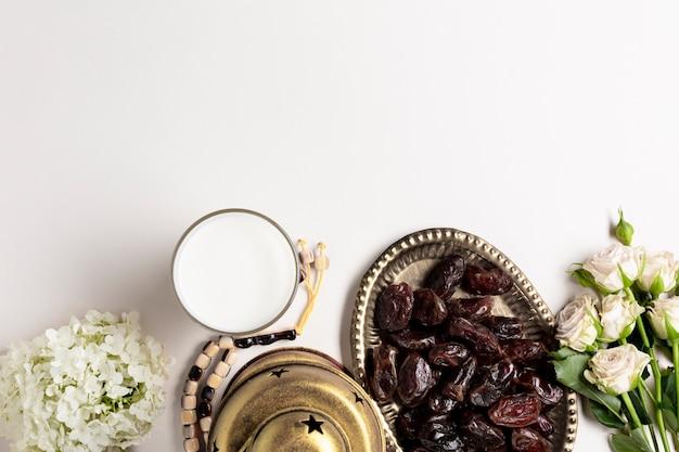 Espace de copie vue de dessus décor arabe et dates
