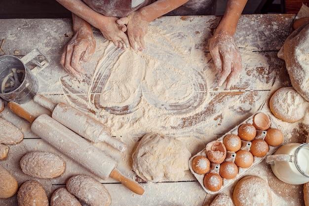 Espace de cuisson en forme de coeur fait de farine et d'ingrédients alimentaires