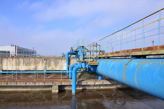 Espace industriel avec beaucoup de tuyaux et de communications