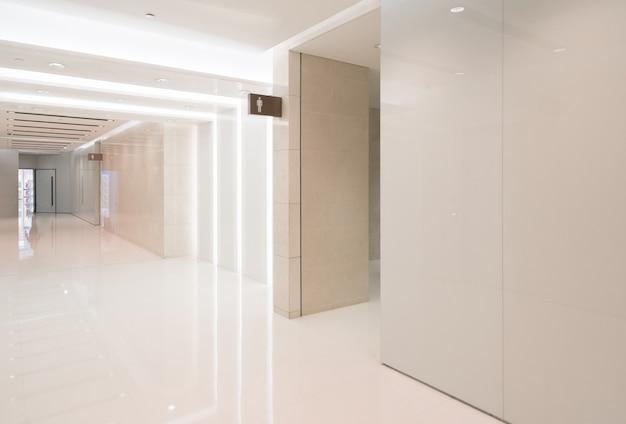 Espace intérieur de la salle de bain dans le centre commercial