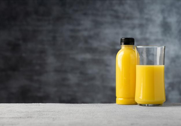 Espace jus d'ananas ou jus d'orange en verre