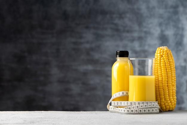 Espace jus de lait de maïs en bouteille et fond de nourriture en verre