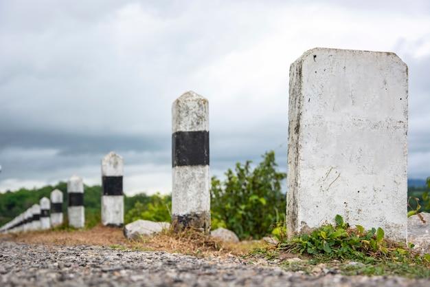 Espace sur des kilomètres de piliers en béton avec la nature
