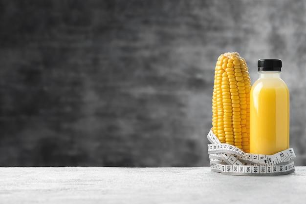 Espace lait de maïs en bouteille de sport avec fond de ruban à mesurer alimentaire