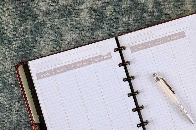 Espace matériel de bureau avec bloc-notes sur l'utilisation de son travail pour les entreprises