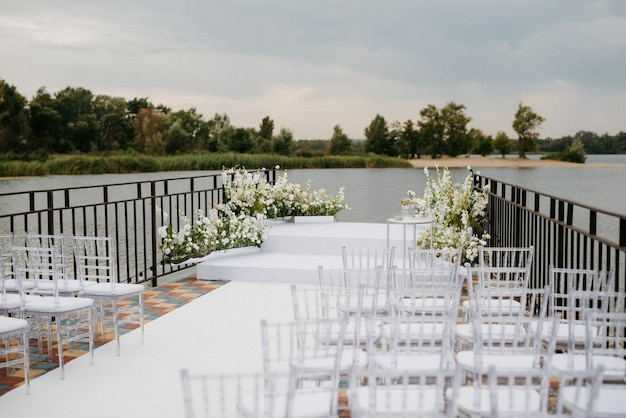 Espace pour la cérémonie de mariage, sur une jetée en pierre près de l'eau