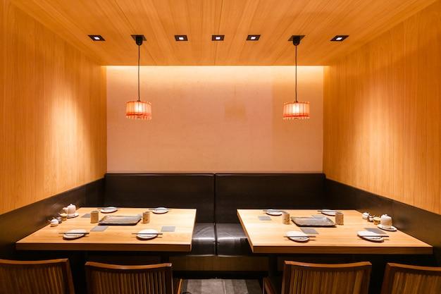 Espace salon privé du restaurant japonais yakitori avec brochettes grillées.