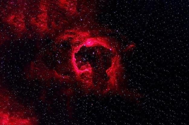 Espace sombre dans les tons de rouge. les éléments de cette image ont été fournis par la nasa. photo de haute qualité