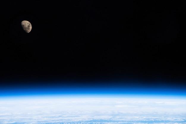 Espace sombre ouvert dans la stratosphère terrestre et la lune éléments de cette image fournie par l'illustration 3d de la nasa.