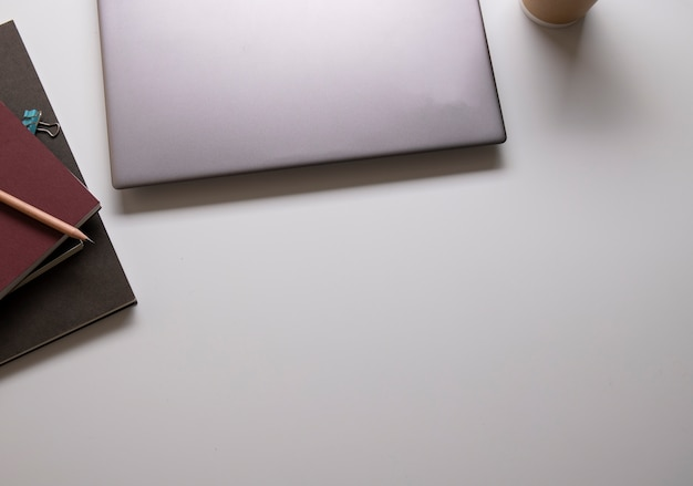 Espace de table avec table de travail et fournitures de bureau au bureau