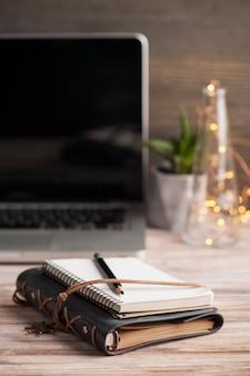 Espace de travail avec agenda vide, ordinateur portable,