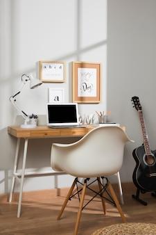 Espace de travail agréable et organisé avec lampe