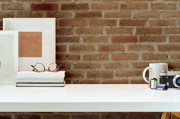 Espace de travail avec appareil photo vintage, films, livres et espace de copie