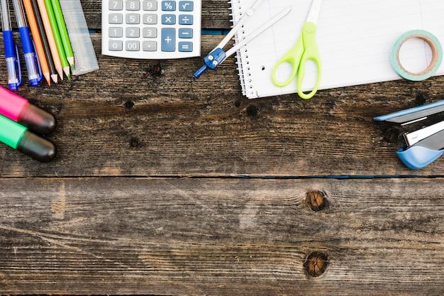 Espace de travail avec des appareils de bureau