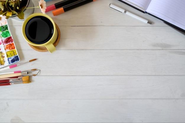 Espace de travail d'artiste designer avec fournitures créatives et espace de copie