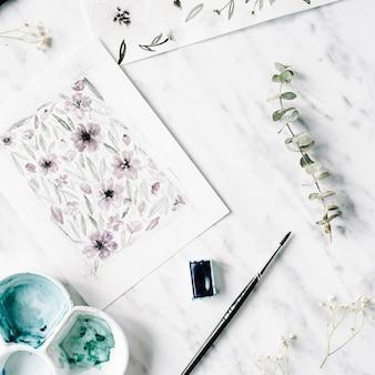 Espace de travail de l'artiste. peintures à l'aquarelle avec des fleurs