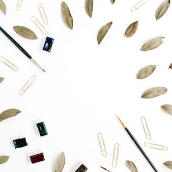 Espace de travail de l'artiste. pinceau à cadre, feuilles séchées
