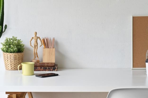 Espace de travail blanc et espace de copie avec les fournitures de bureau à domicile.