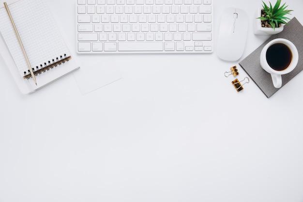 Espace de travail blanc avec des fournitures de bureau