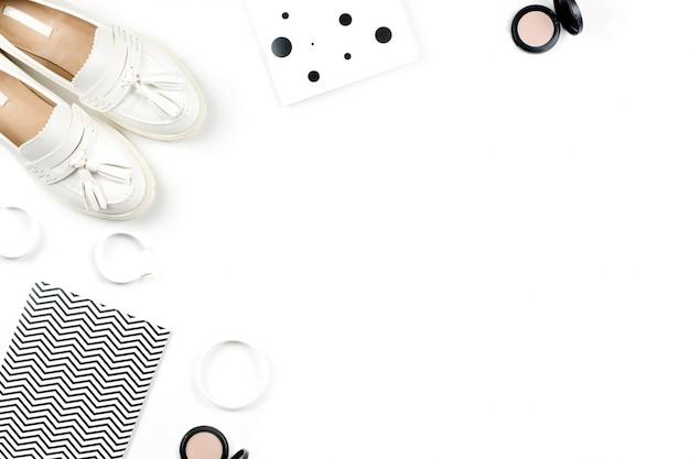 Espace de travail de blogueuse mode avec accessoire femme, chaussures cosmétiques et agenda. mise à plat, vue de dessus