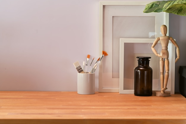 Espace de travail en bois avec cadre d'affichage et espace de copie