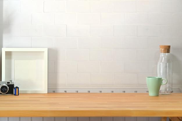 Espace de travail en bois avec fournitures et espace de copie