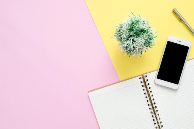 Espace de travail de bureau de bureau - plat poser vue de dessus de l'espace de travail avec un cahier blanc blanc