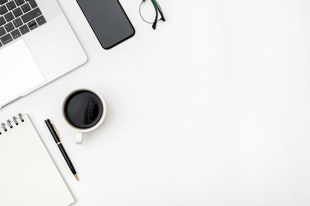 Espace de travail sur un bureau couleur dans le bureau à domicile