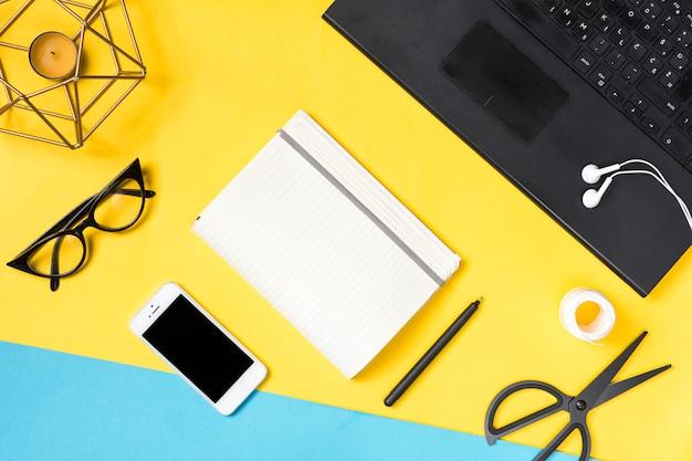 Espace de travail de bureau avec divers éléments