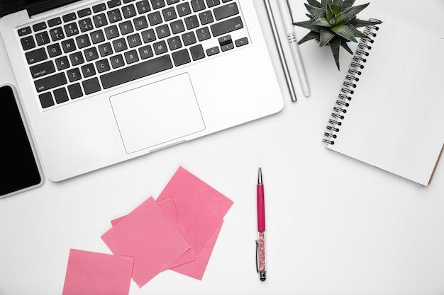 Espace de travail de bureau à domicile, copyspace avec fournitures et technologie