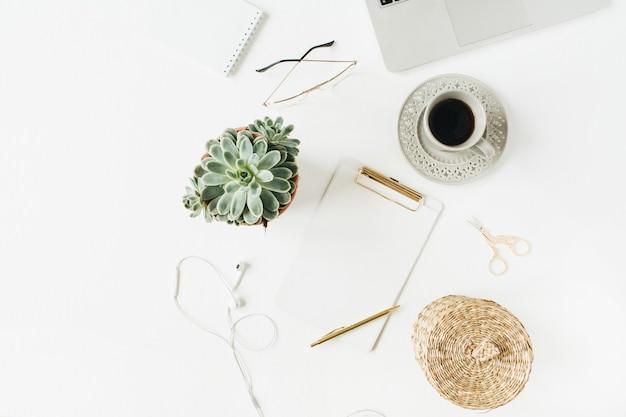 Espace de travail de bureau à domicile avec espace copie vierge maquette presse-papiers, ordinateur portable, écouteurs, lunettes, succulentes sur blanc