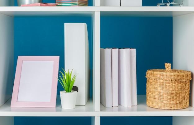 Espace de travail de bureau à domicile. étagère blanche avec accessoires