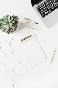 Espace de travail de bureau à domicile avec presse-papiers espace copie vierge, ordinateur portable, casque, lunettes, succulentes sur blanc