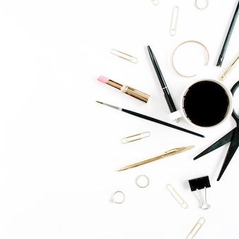Espace de travail de bureau à domicile avec tasse à café, ciseaux, pinces et accessoires féminins