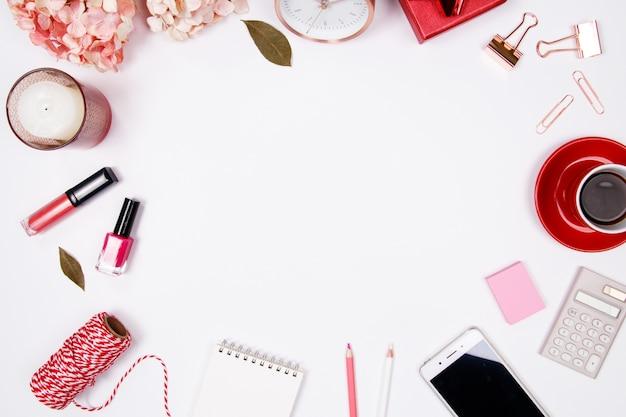 Espace de travail de bureau féminin sur fond blanc
