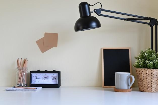 Espace de travail bureau avec fourniture de bureau sur la table.
