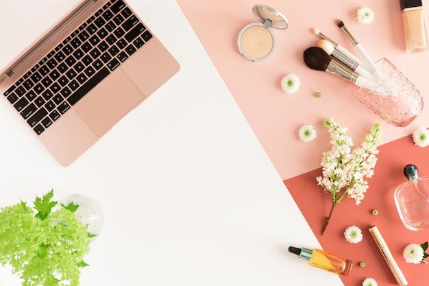 Espace de travail de bureau mode féminine isolé sur corail rose blanc.