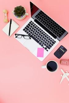 Espace de travail de bureau avec ordinateur portable vierge et presse-papiers en lay plat