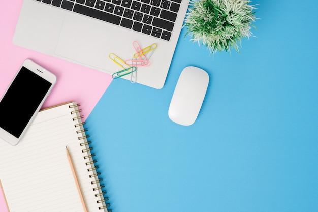 Espace de travail de bureau - photo d'une maquette vue de dessus à plat poser d'un espace de travail avec ordinateur portable