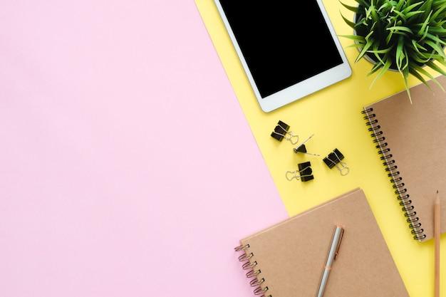 Espace de travail de bureau - photo plat vue de dessus de l'espace de travail avec une tablette blanche