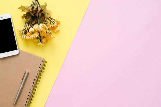 Espace de travail de bureau - vue de dessus plat plat d'un espace de travail avec la page blanche de cahier vierge