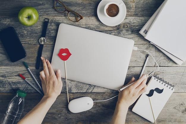 Espace de travail business concept indépendant vue de dessus au-dessus de la position horizontale avec les mains travaillant sur un ordinateur portable. toning.