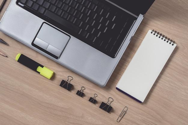 Espace de travail avec cahier et ordinateur portable