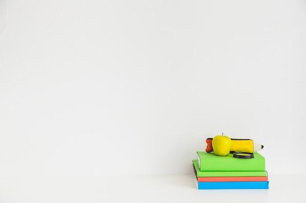 Espace de travail avec des cahiers colorés