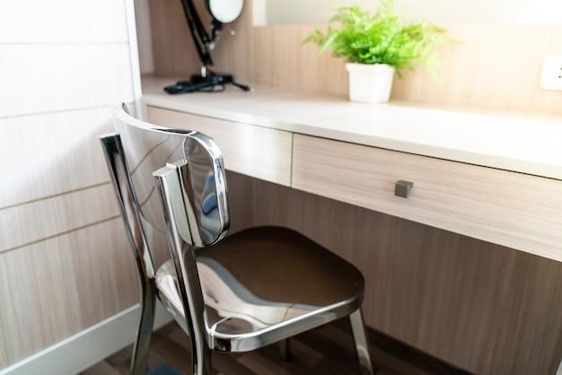 Espace de travail confortable à la maison avec une chaise de bureau.