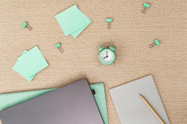 Espace de travail confortable pour étudiant