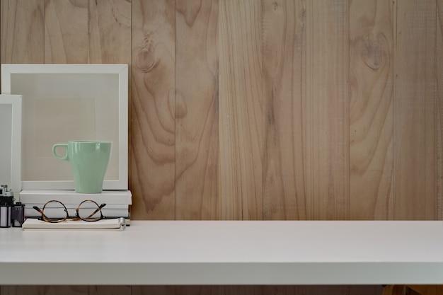 Espace de travail contemporain, bureau blanc, mur en bois, appareil photo vintage, films
